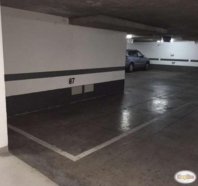 Arriendo estacionamiento subterráneo frente parque Araucano Zona muy Segura