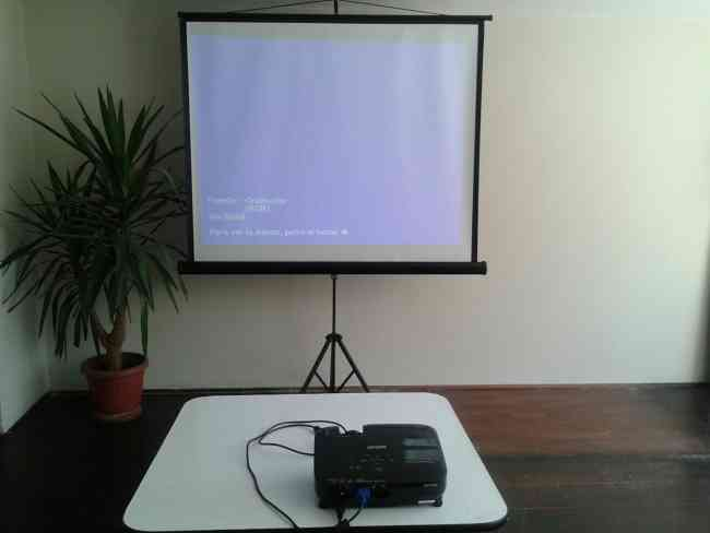 Arriendo telones con tripode para  proyectores data show en Santiago