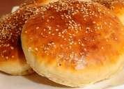 El pan de hamburgesa perfecto ligero espongoso es amasado