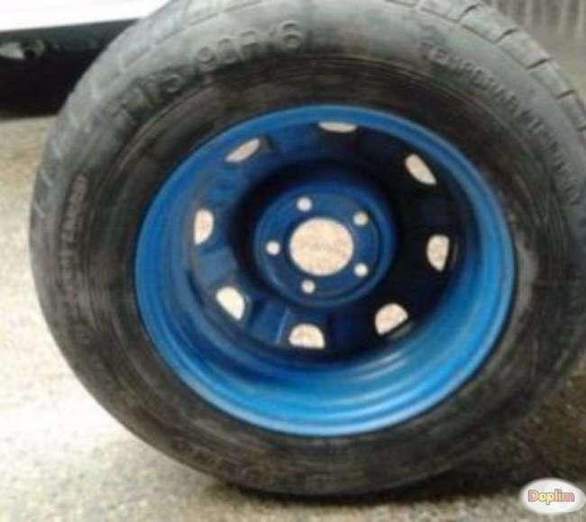 Vendo Excelente neumático con llanta 5 hoyos nuevo.