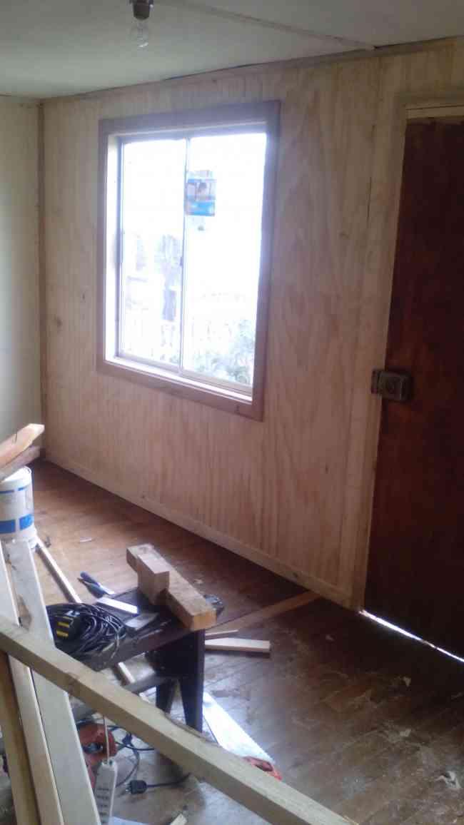 Maestro carpintero en construccion habitacional