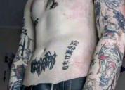 Joven blanco tatuado busca pasar un buen rato